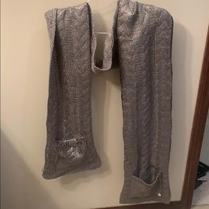 Guess scarf with pockets